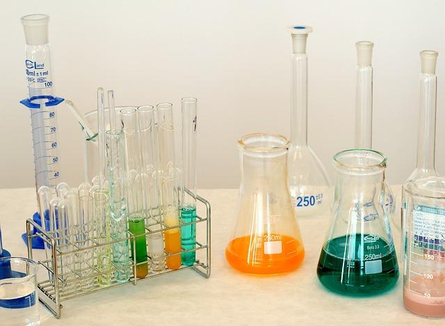 Gli occhiali da lavoro per un tecnico di laboratorio